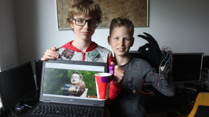 Broers Matteo (11) en Miro (13) verbazen jury met uitvindingen voor mensen met beperking: bionische handschoen en ingenieuze website