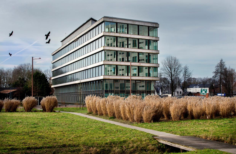 212 woningen had dit kantoorgebouw in Riekerpolder kunnen tellen. Het staat inmiddels te huur als kantoorruimte nadat de gemeente de plannen onhaalbaar maakte. Beeld Jean-Pierre Jans