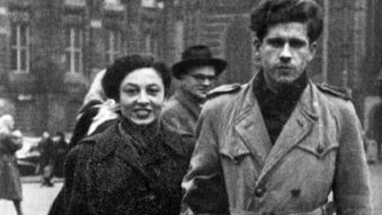 Links: Gerard Reve met zijn vrouw Hanny Michaelis, die ook ná hun gestrande huwelijk een trouwe vriendin zou blijven. Beeld