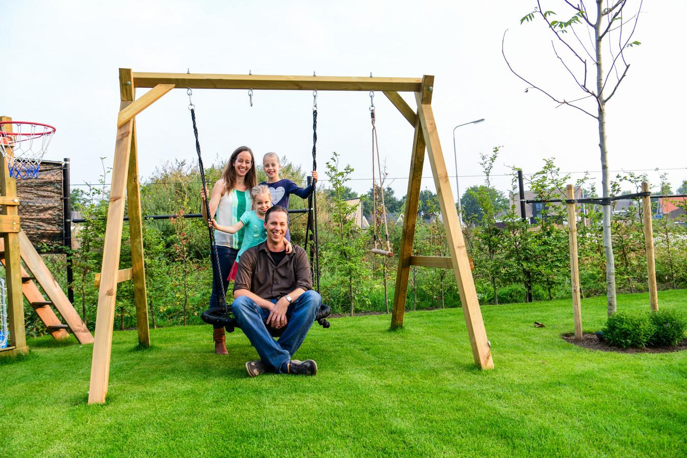 Noa (8) en Feline (4) met hun ouders Marco en Linda Koevoets in hun tuin aan de Distelvlinder in Luchen.