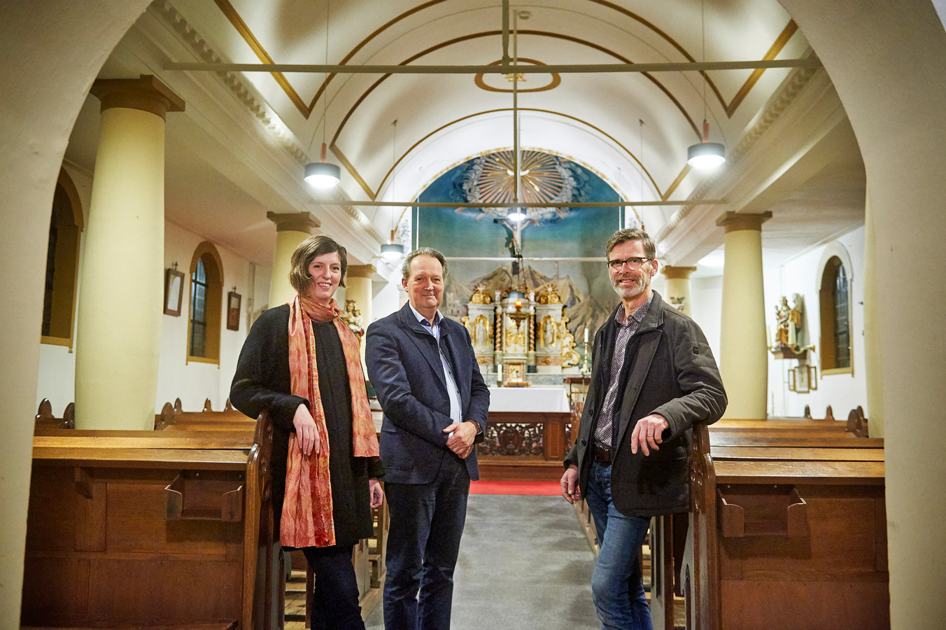 Drie bestuursleden van de nieuwe stichting tot behoude van de Annakapel te Koolwijk. vlnr. Marloes van de Hei, Paul Castenmiller en Frans Boeijen.