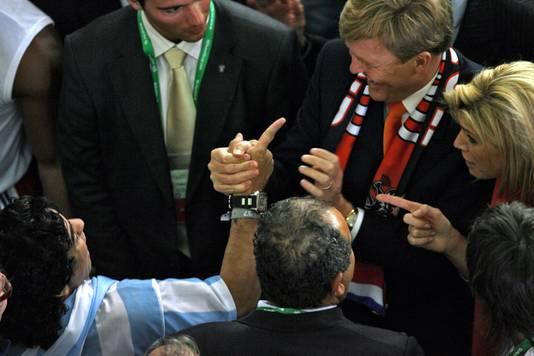 Diego Maradona met Willem-Alexander en Maxima tijdens het WK-duel in Frankfurt in 2006.