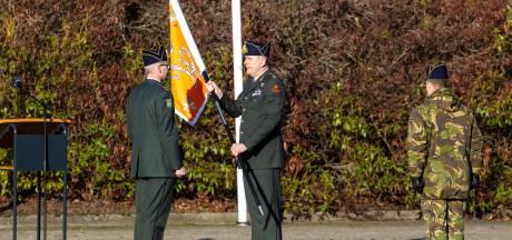 Nederlands leger heeft weer zelfstandige afdeling artillerie: vaandel overhandigd in 't Harde