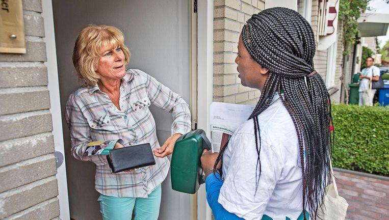 Stella Bemah vraagt een bijdrage voor ADRA, een aan de Zevende-dags Adventisten gelieerde hulporganisatie. Beeld Guus Dubbelman / de Volkskrant