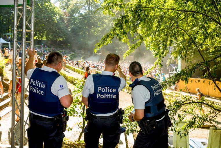 De Brusselse politie, hier aanwezig op Couleur Café, staat voor een van de grootste operaties sinds jaren, met een NAVO-top en de halve finale WK-voetbal van de Rode Duivels tegen Frankrijk. Daarnaast moeten alle normale  evenementen, zoals Brussel-Bad en het feest van de Vlaamse gemeenschap beveiligd worden én moeten de routine-interventies doorgaan.