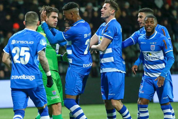 Doelman Mickey van der Hart, hier bejubeld na zijn gestopte penalty tegen Heracles, en linksback Kenneth Paal (rechts) kunnen zich voor meerdere seizoen verbinden aan PEC Zwolle.