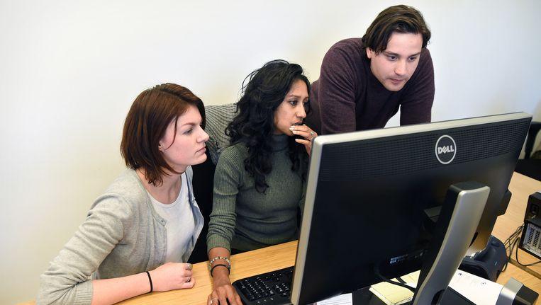 Medewerkers van het Expertisebureau Online Kindermisbruik, voorheen het Meldpunt Kinderporno, analyseren beelden. Beeld Marcel van den Bergh / de Volkskrant
