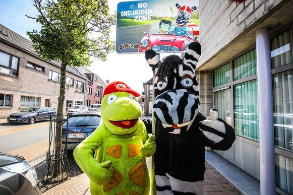 Kortemark Zeppe en Zikki huldigen hun verkeersbord in