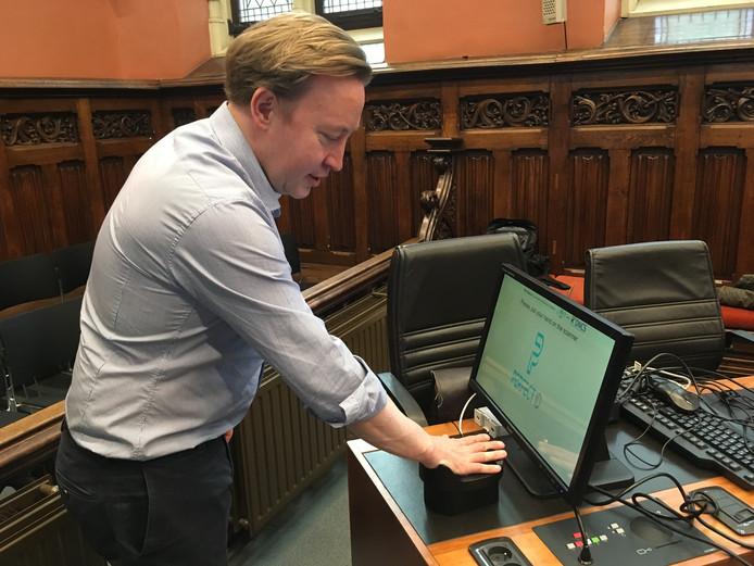 Tim Joiris van Horeca Oost-Vlaanderen test het handpalmscan-systeem uit