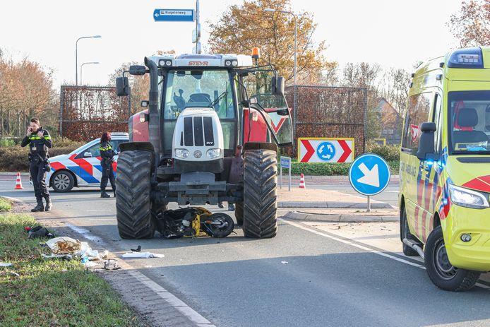 De brommer kwam iets buiten Emmeloord onder de tractor terecht.