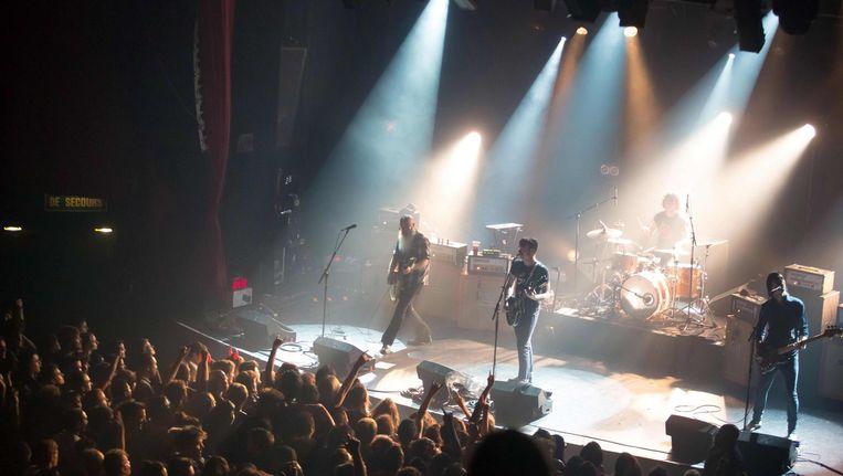 Eagles of Death Metal op het podium op 13 november 2015, enkele momenten voor terroristen er een bloedbad aanrichtten. Beeld afp