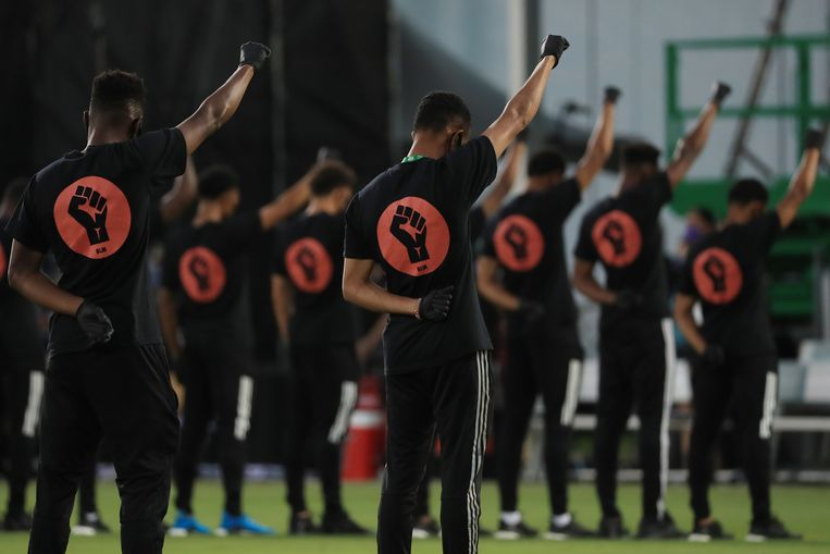 MLS-spelers protesteren tegen racisme voor aanvang van de wedstrijd.