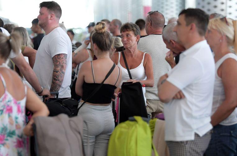 Gedupeerde Thomas Cook-klanten op de luchthaven van Enfidha in Tunesië.