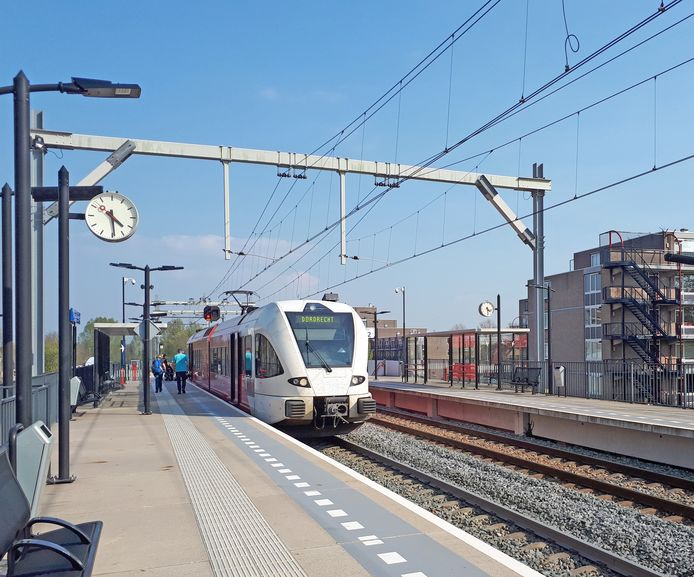 Trein van Qbuzz op Merwedelingelijn, station Stadspolders.