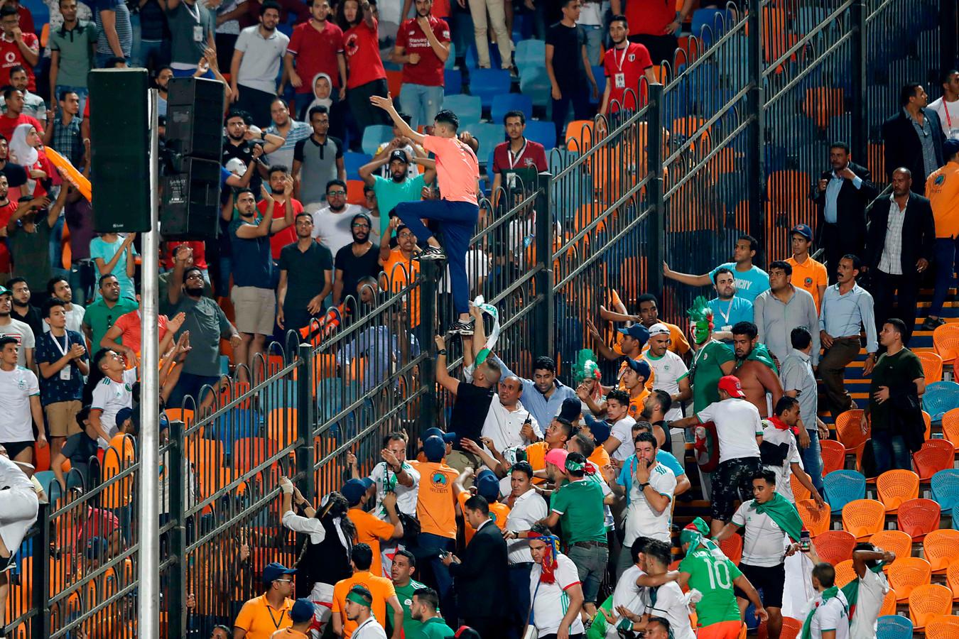 Fans van Algerije en Egypte dagen elkaar uit.