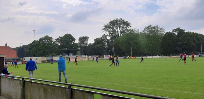 Ronald van Oeveren (blauwe jas met pet) ziet dat zijn ploeg het moeilijk heeft in de slotfase tegen Oostburg.
