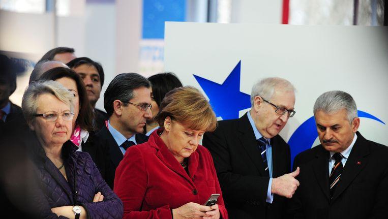 De Duitse minister van Onderwijs Annette Schavan links van bondskanselier Angela Merkel Beeld AFP