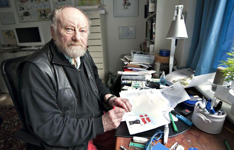 De omstreden Deense cartoonist Kurt Westergaard met zijn gewraakte cartoon voor zich. Beeld null