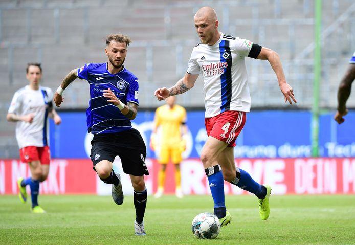 Rick van Drongelen (r) in actie tegen  Arminia Bielefeld.