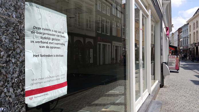 Op last van de gemeente is het pand aan de Lange Brugstraat gesloten vanwge een overtrding van de opiumwet,
