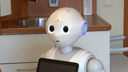 Zorgrobot Pepper stelt vragen aan patiënten na hun opname in het ziekenhuis.