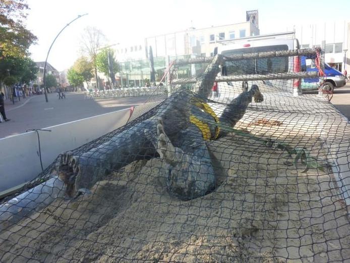 Het bronzen kunstwerk Harlekijn werd eerder al eens verplaatst. Deze foto is uit 2011. Toen moest het beeld wijken voor de watertafel van BrabantWonen. Henk Verhagen/BD