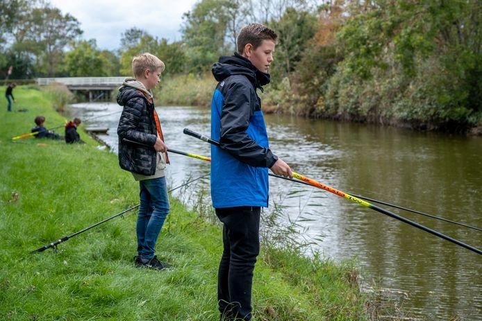 Leerlingen Mart de Ruijsscher (links) en Jimmy Bloem (rechts) van het Scheldemond College in Vlissingen krijgen les in sportvissen in Koudekerke.