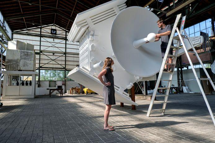 Rick van Meel is nog bezig met het maken van zijn bouwwerk. Hij maakt de ruimtesonde Juno na op schaal.