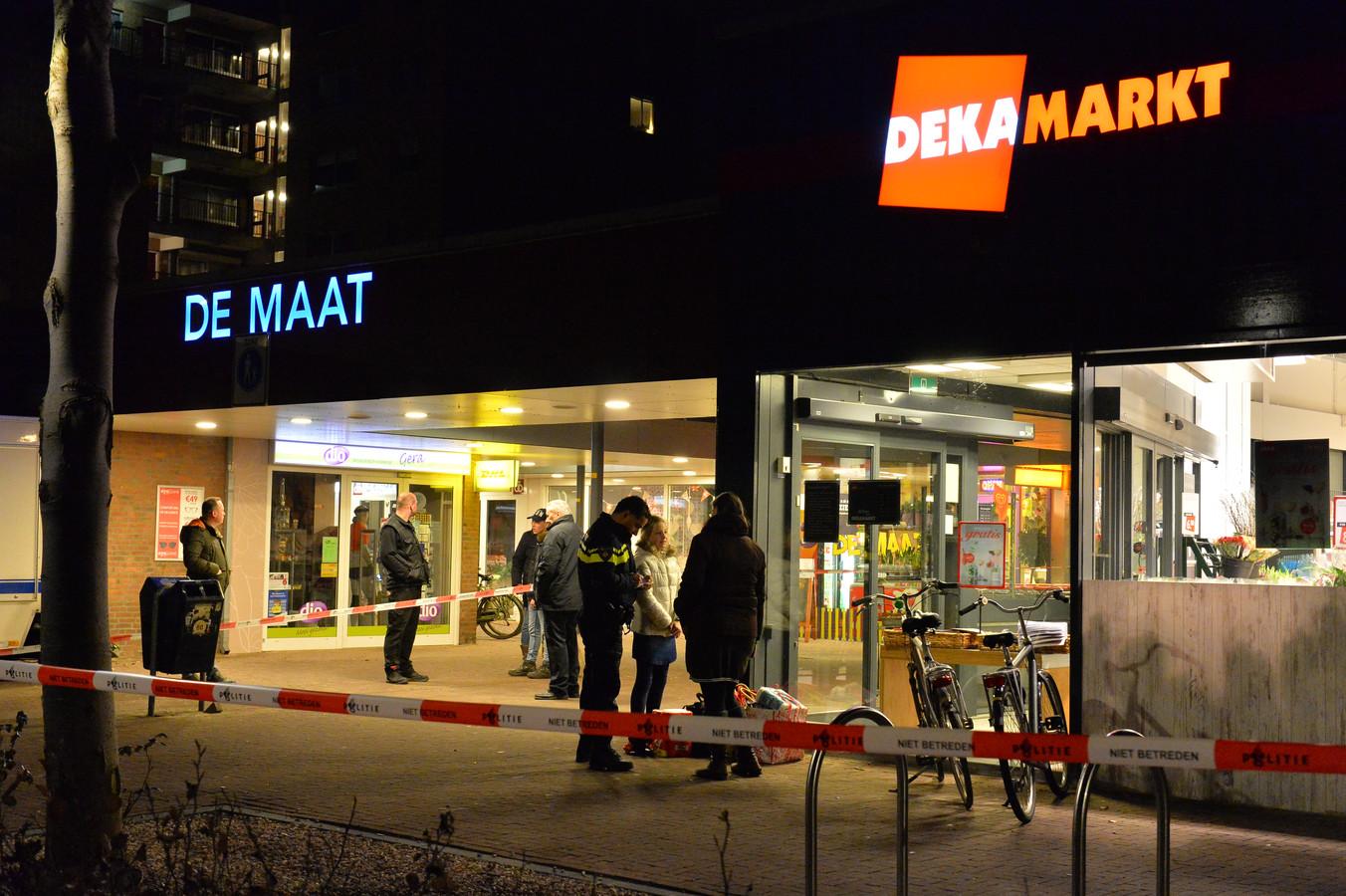 De politie doet onderzoek na de gewapende overval op de Dekamarkt in Apeldoorn in februari 2018