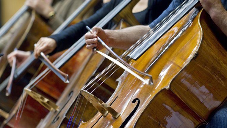 Contrabassisten van het Radio Filharmonisch Orkest repeteren in het Muziekcentrum van de Omroep (MCO) in Hilversum. Beeld anp