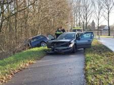 Twee auto's botsen op elkaar bij wegversmalling in Bemmel