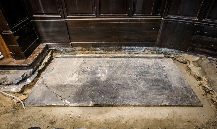 Het graf van ridder Metten Eye is gemaakt uit Doornikse kalksteen. Het grafschrift is maar voor een klein stuk leesbaar