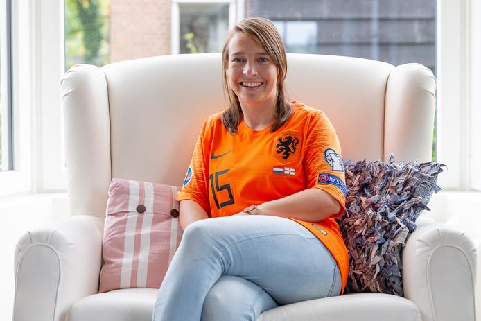 DVS'69-korfbalster Elianne de Roon in het shirt dat broer Marten vorige week droeg tijdens de interland tegen Noord-Ierland.