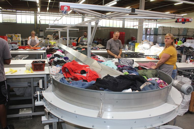 De kledij wordt gesorteerd op een band.