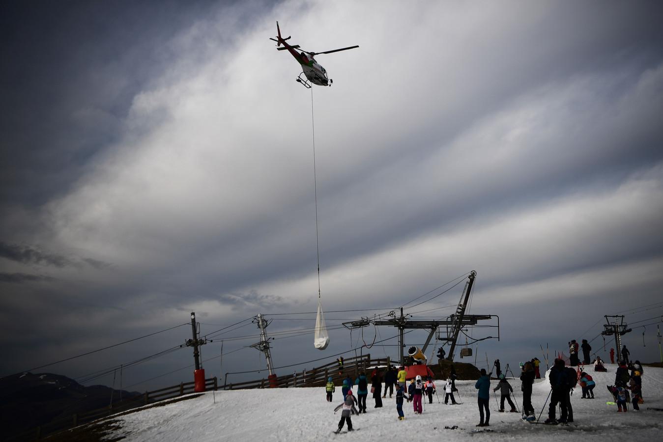De la neige a été transvasée du haut de Luchon-Superbagnères vers le bas de la station samedi dernier, provoquant une vive polémique.