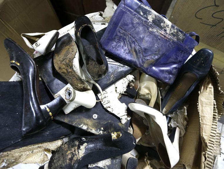 Een paar door schimmel en rot aangevreten schoenen en tassen van Imelda Marcos. Beeld ap