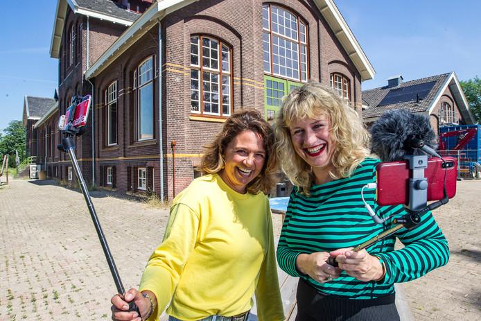 Marije Alma (l) en Harmke Oudenampsen zijn enthousiast over de mogelijkheden van filmen met een mobieltje. ,,Volwassenen hebben nu de kans om een verhaal te vertellen. Die moeten ze grijpen.''