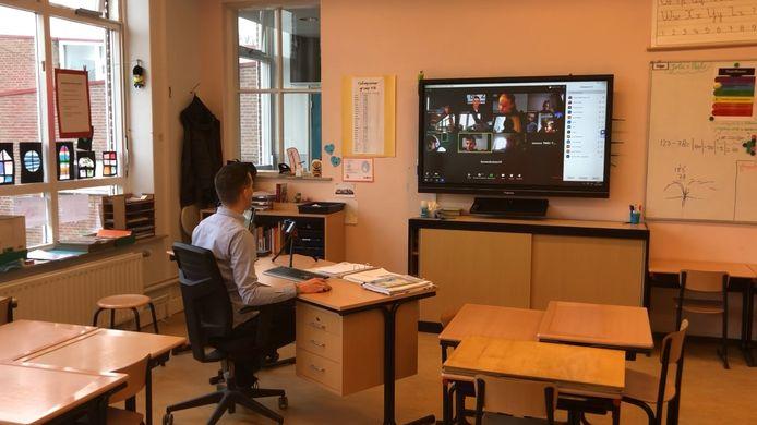 Leraar Danny geeft digitaal les aan zijn klas van De Bolster in Gilze via het programma Zoom. Via Zoom en Google Class kunnen de docenten met de leerlingen een dagprogramma draaien.