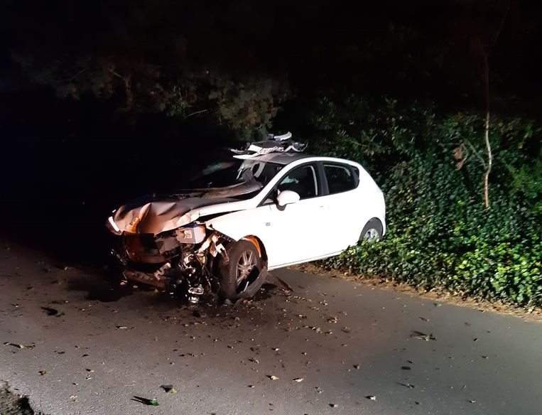 De auto ging uiteindelijk in de berm over de kop.