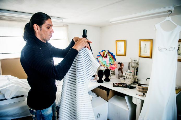 Syrische vluchteling en mode-ontwerper krijgt een kans bij bruidswinkelzaak in Herenstraat in Voorburg
