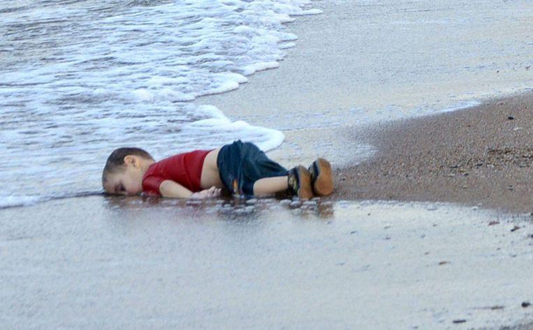 Deze foto van het driejarige Syrische jongetje Aylan zorgde wereldwijd voor veel emotionele reacties. Beeld epa