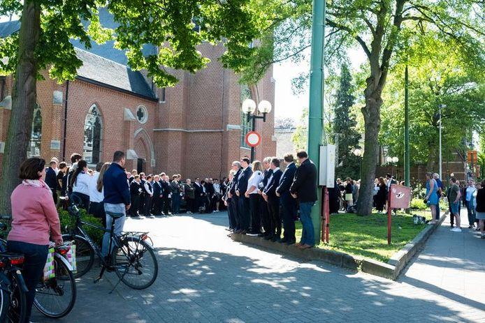 De cipiers vormden een erehaag bij de begrafenis van Christine Lenaerts.