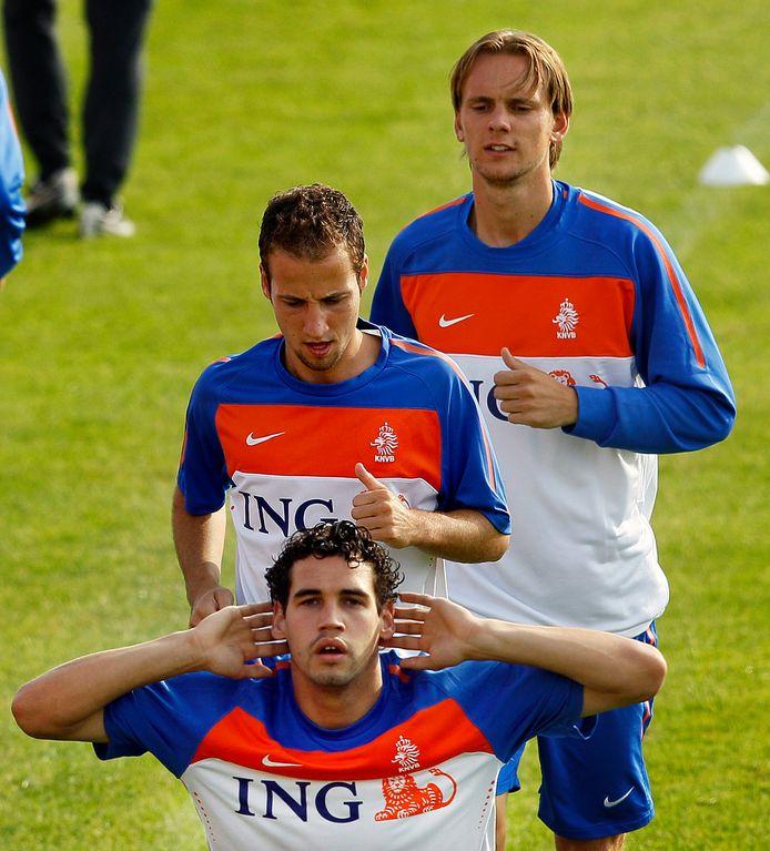 Dirk Marcellis bij Oranje. Achter hem Roy Beerens en Siem de Jong.