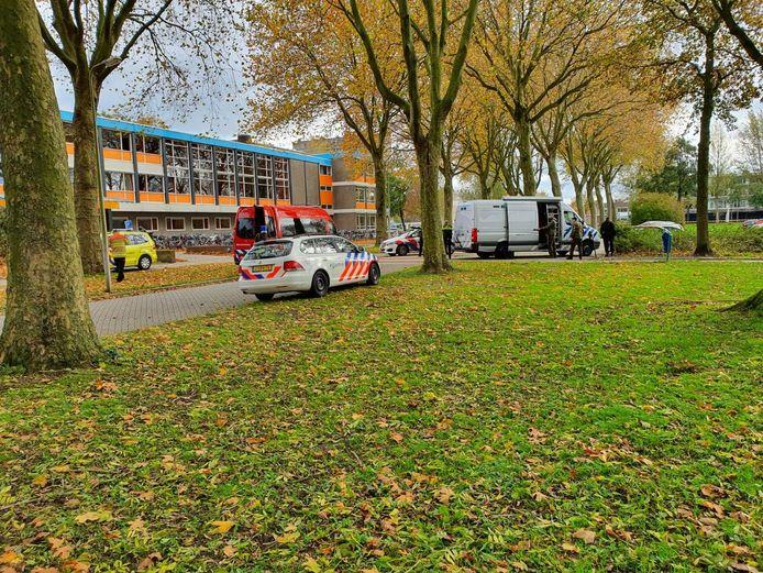 Drie lokalen aan de voorzijde van het Ichthus College werden ontruimd na de vondst van illegaal vuurwerk in een auto.