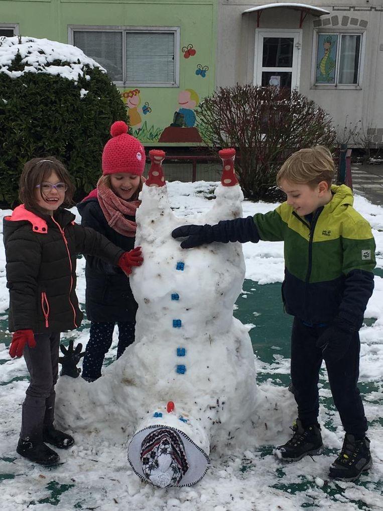 De sneeuwman werd helemaal ondersteboven gebouwd.