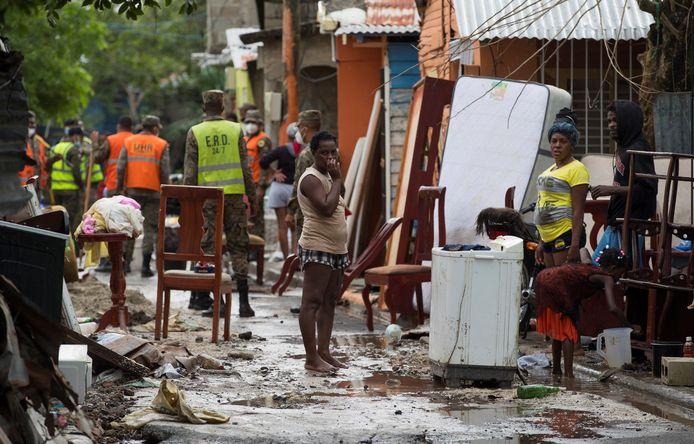 Hulpdiensten en bewoners te midden van overstroomde huizen en straten in Hato Mayor in de Dominicaanse Republiek waar de orkaan Isaias eerder passeerde.