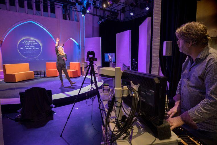 Presentatrice Marleen Stelling in de studio waarin de EO de Dag van Nationaal Gebed zal uitzenden.  Beeld Werry Crone