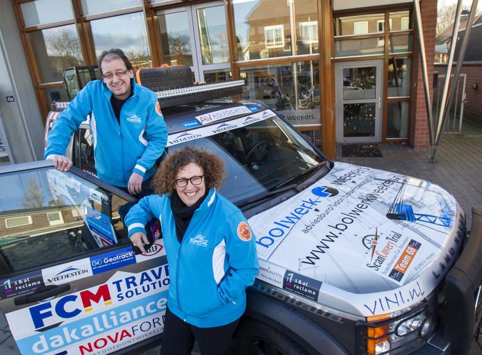 Erik Bolwerk en Corine Vriends bij hun auto waarmee ze aan de ScanCovery Trial meedoen.