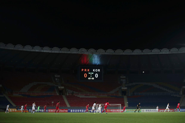 De wedstrijd tussen Noord- en Zuid-Korea had slechts één toeschouwer: Fifa-voorzitter Gianni Infantino.  Beeld AP