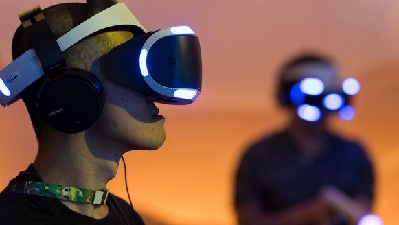 Een bezoeker speelt shooter 'Far Point' met de PlayStation VR-bril op de E3-beurs.